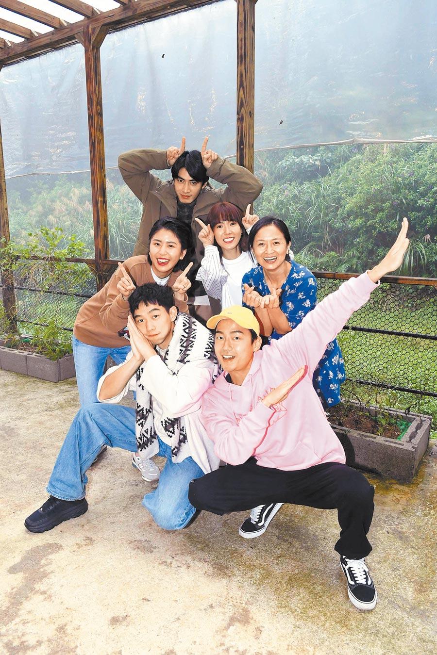 王可元(前排左起)、大鶴、陳璇(中排左起)、孫可芳、謝瓊煖、宋柏緯(後)昨在金山生態農場拍戲。(華視提供)
