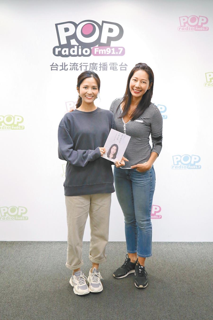 丁寧(右)日前上POP Radio分享心路歷程。左為主持人吳怡霈。(POP Radio提供)