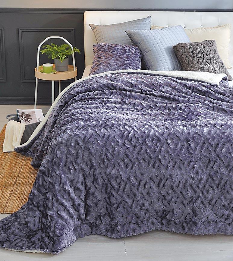 微風南京HOYACASA雪貂羊羔絨毯被,原價5980元、特價990元,限量20件。(微風提供)