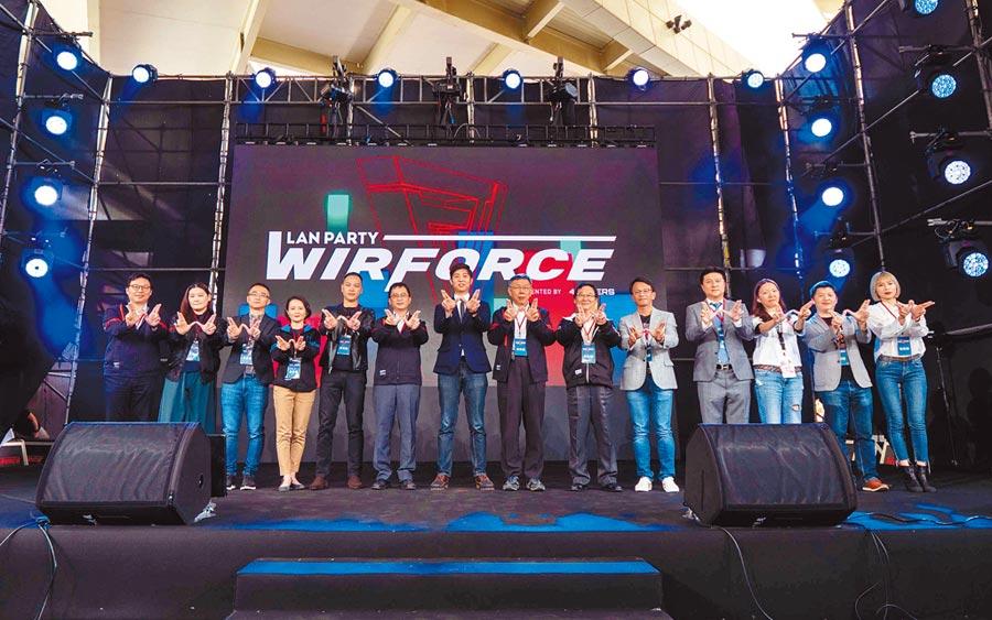 亞洲大型數位娛樂盛會WirForce 2019昨(21日)正式開幕,就肆電競股份有限公司執行長黃智仁(中)與台北市長柯文哲也到現場為活動揭開序幕。(WirForce提供)
