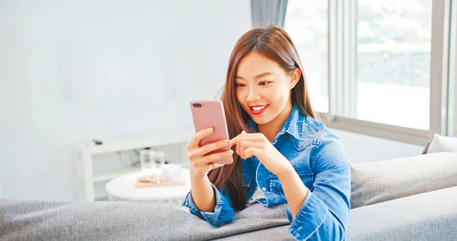 台灣之星與燦坤、全國電子擴大結盟符搶攻居家商機,在手機上消費,在通路取貨。(台灣之星提供)