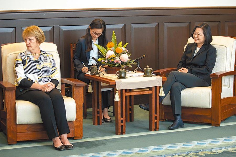 蔡英文總統(右)11日在總統府接見美國外交政策全國委員會訪問團。(取自總統府網站)