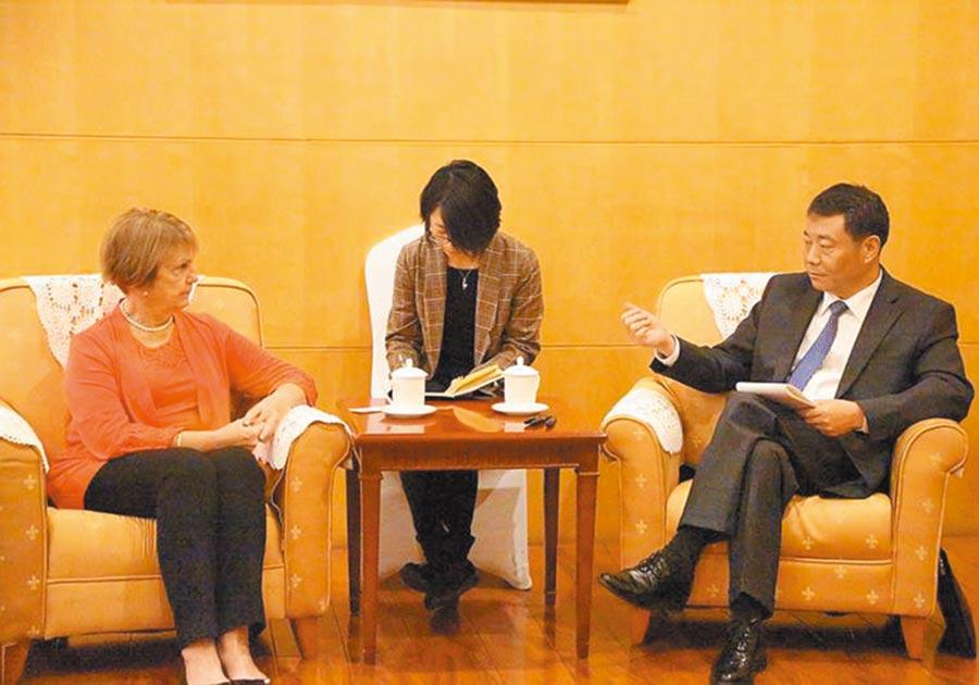 大陸國台辦副主任陳元豐(右)5日在北京會見美國外交政策全國委員會訪問團。(取自國台辦網站)