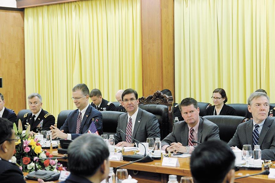 美國國防部長艾斯培(中)20日會晤越南各高層官員並在越南外交學院發表演說,聚焦討論美越兩國國防合作與南海問題。(中央社)