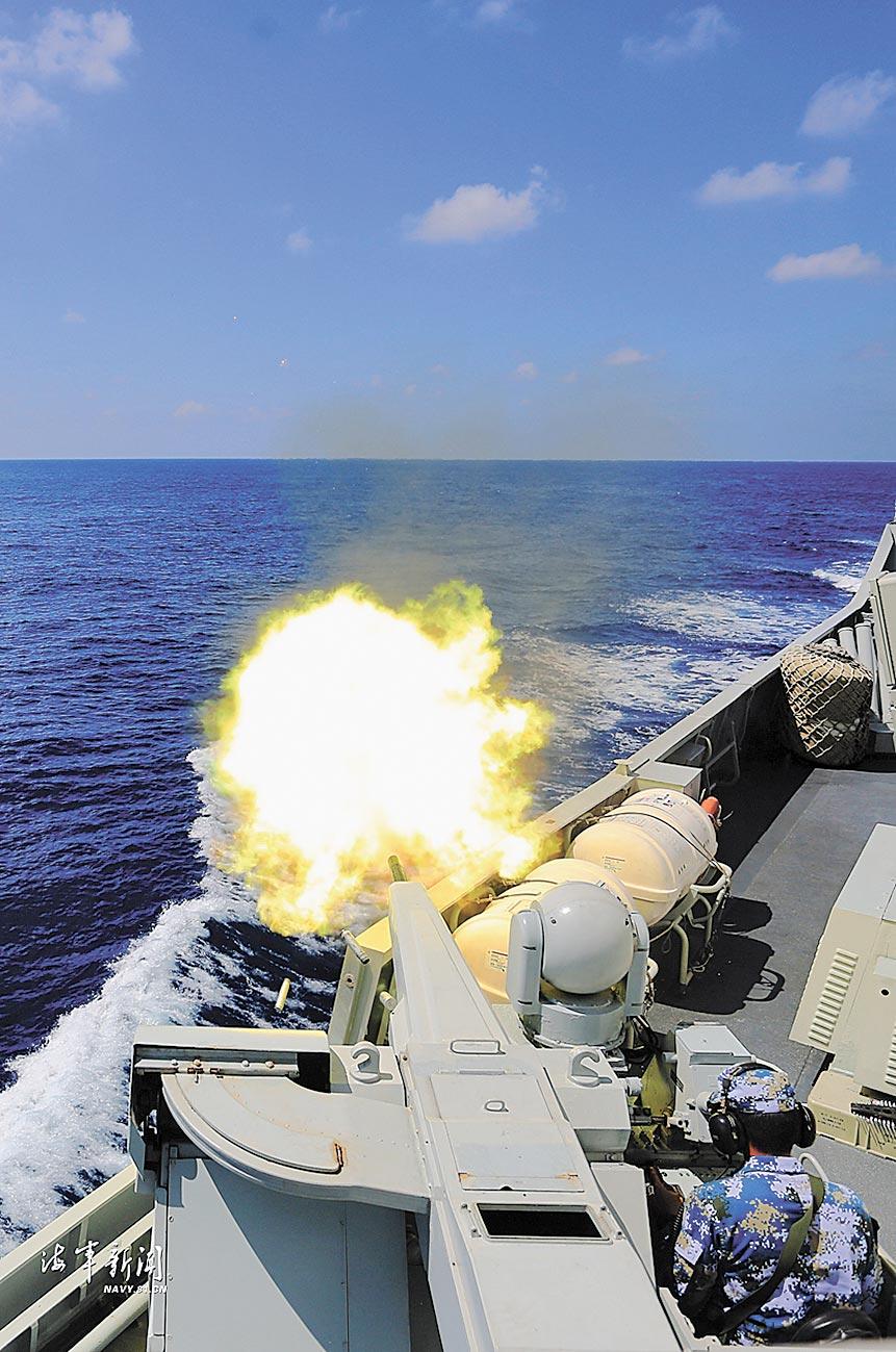 大陸南部戰區海軍某支隊數艘艦艇開展多日海上實戰化訓練,圖為副炮對空射擊。(取自海軍新聞)