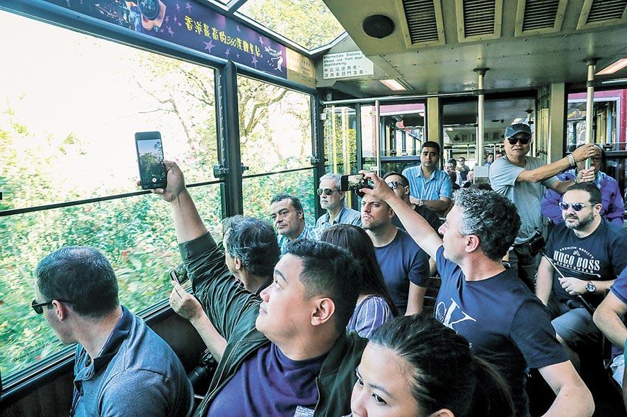 近來反送中爆發激烈警民衝突,訪港陸客持續減少,通往香港太平山山頂纜車內未見陸客。(中央社)