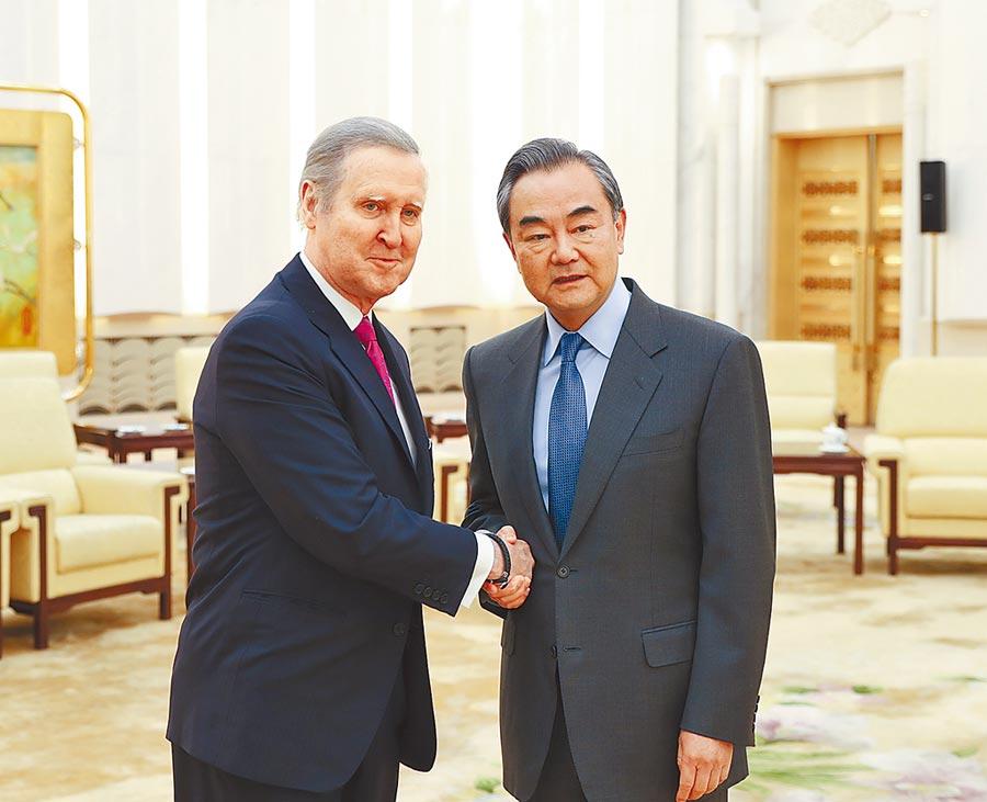 11月21日,大陸外交部長王毅(右)在北京會見美國前國防部長科恩(左)。(新華社)