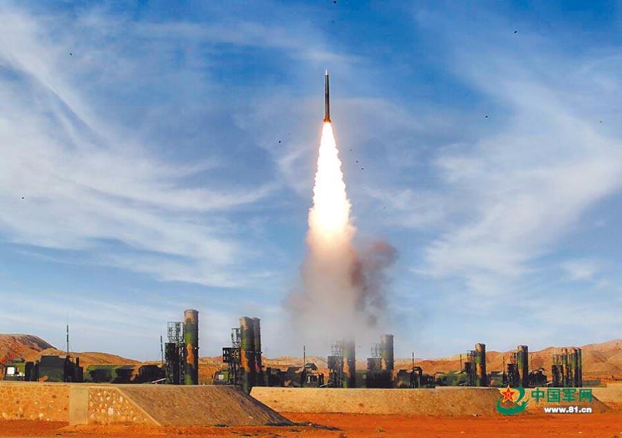 解放軍紅旗-9發射飛彈對目標實施打擊。(取自中國軍網)