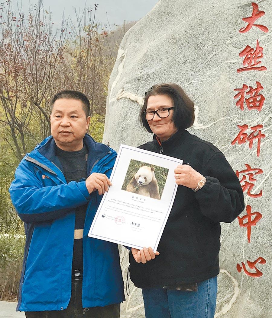 11月20日,陜西省林業科學院秦嶺大熊貓繁育研究中心副主任高更更(左)和熊貓國際負責人蘇珊.布雷登簽署「七仔」認養協議。(新華社)