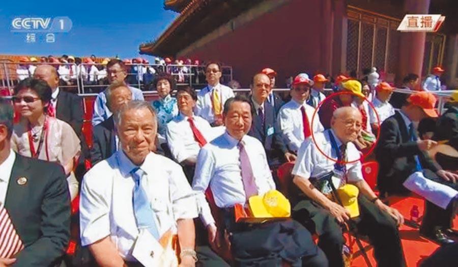 陳明忠(前排右2)2015年參加大陸為慶祝抗戰勝利70周年舉行的勝利日大閱兵儀式。(取自藍博洲微信)