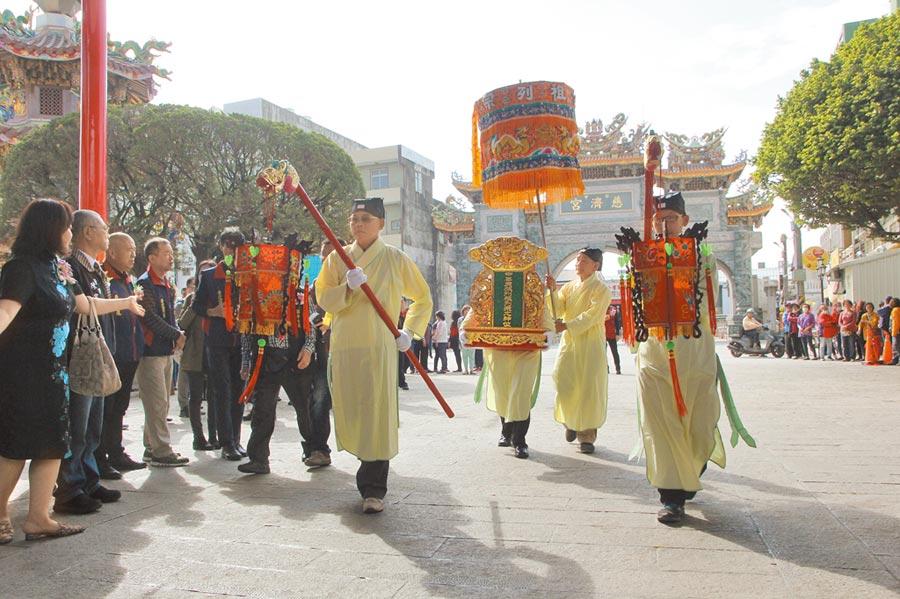 兩岸共祭保生大帝前,先以古禮迎中華民族列祖列宗牌位入殿,共饗香火。(記者洪肇君攝)
