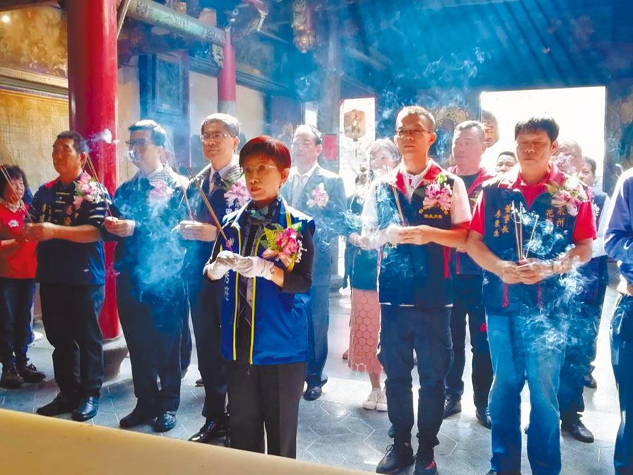 國民黨前主席洪秀柱率兩岸宮廟負責人向保生大帝上香祈福。(記者洪肇君攝)