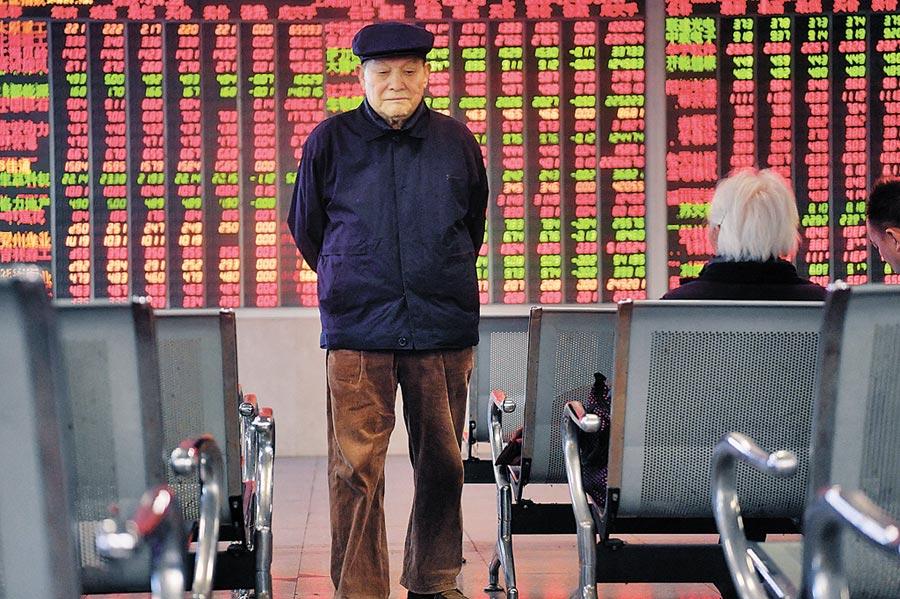 成都某證券營業部的股民從大盤數據顯示屏前走過。(中新社資料照片)