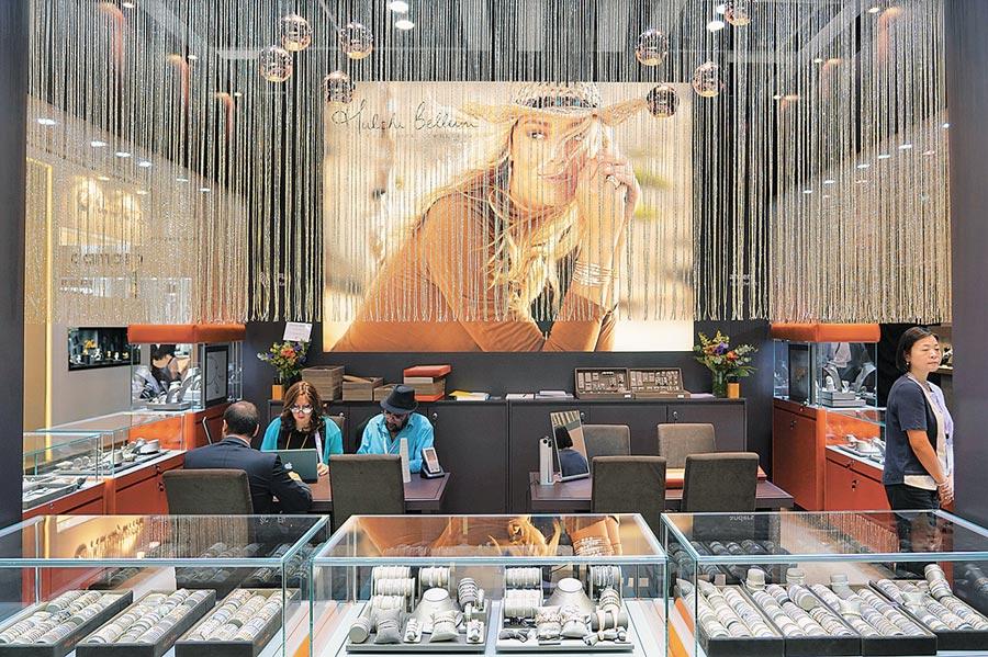 9月18日,香港一珠寶首飾展上買家寥寥。(中新社)