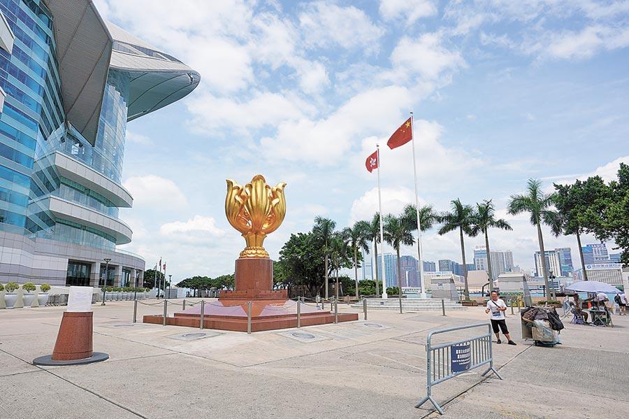 赴港旅遊人數減少,衝擊香港零售業,圖為香港金紫荊廣場遊客稀少。(中新社資料照片)