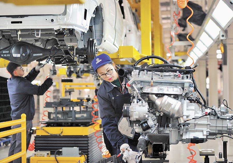 工人在河北一汽車公司車間生產線上工作。(新華社資料照片)