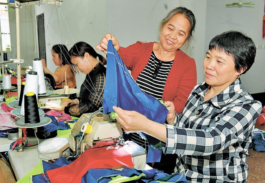 幾名員工在福建一服裝加工廠內工作。(新華社資料照片)