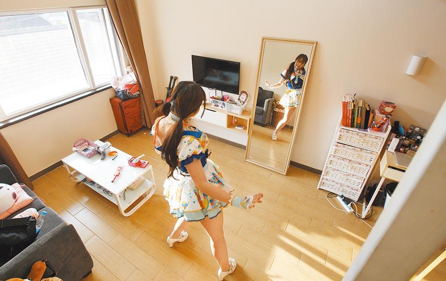 大陸長租公寓曾經風靡一時,圖為租客在魔方公寓練舞。(新華社)