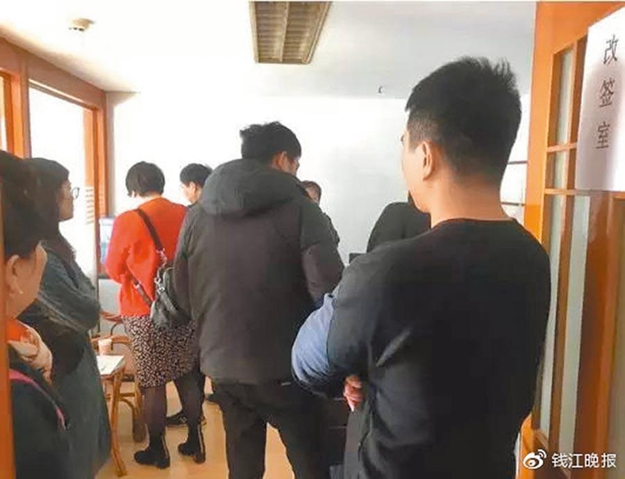 杭州中擇房產無力支付租金,不少房東、租客上門協商。(取自微博@錢江晚報)