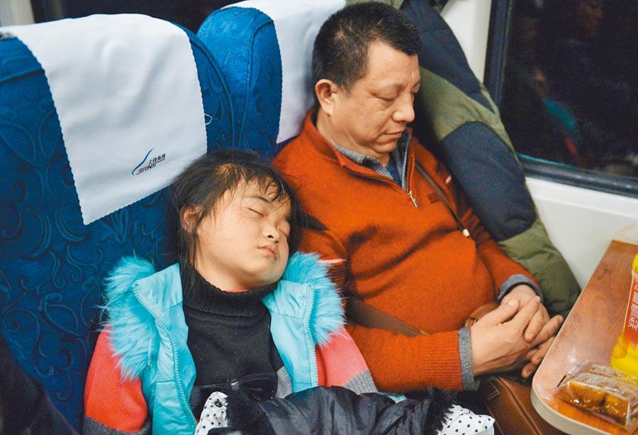 長租公寓的租客無奈睡在車裡。圖為示意圖。(新華社)