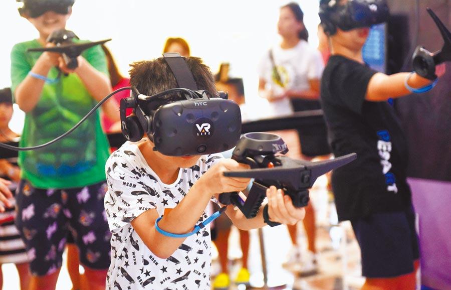 小朋友在香港一4D虛擬實境體驗館試玩電玩遊戲。(中新社資料照片)