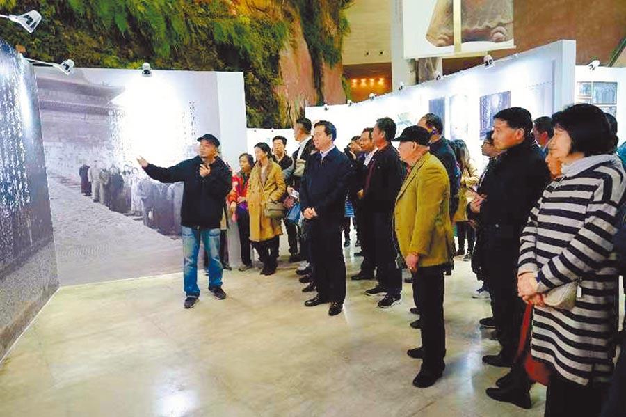 兩岸嘉賓觀看故宮文物南遷檔案史料展。