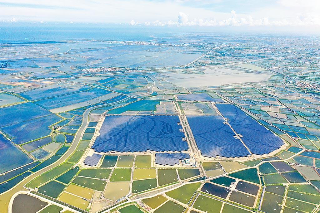 台灣最大鹽灘光電場,嘉義義竹電廠。圖/台灣艾貴提供