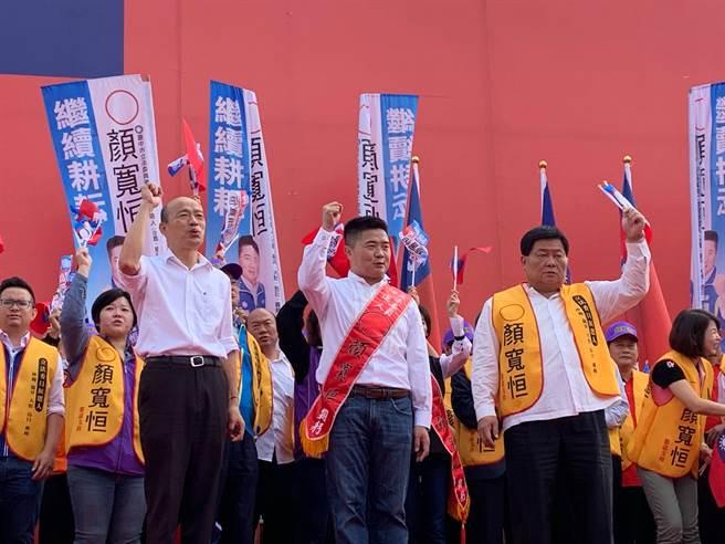 國民黨總統參選人韓國瑜(左起)為台中市第二選區立委參選人顏寬恒站台,與前立委顏清標高呼「凍蒜」。(林欣儀攝)