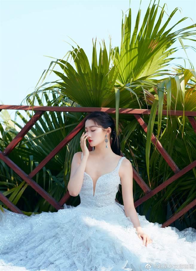 關曉彤打扮氣質地出席《金雞獎》。(圖/微博@追星少女甜甜圈)