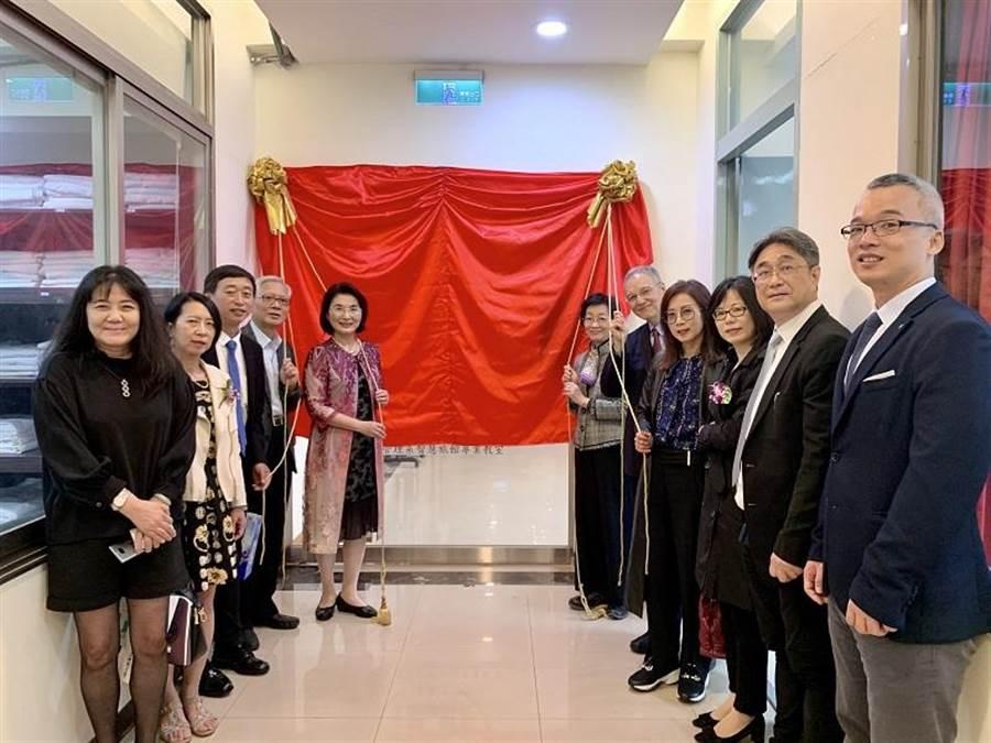 景文科技大學23日舉行30周年校慶活動,智慧旅館舉行揭牌儀式。(景文科大提供/李侑珊台北傳真)。