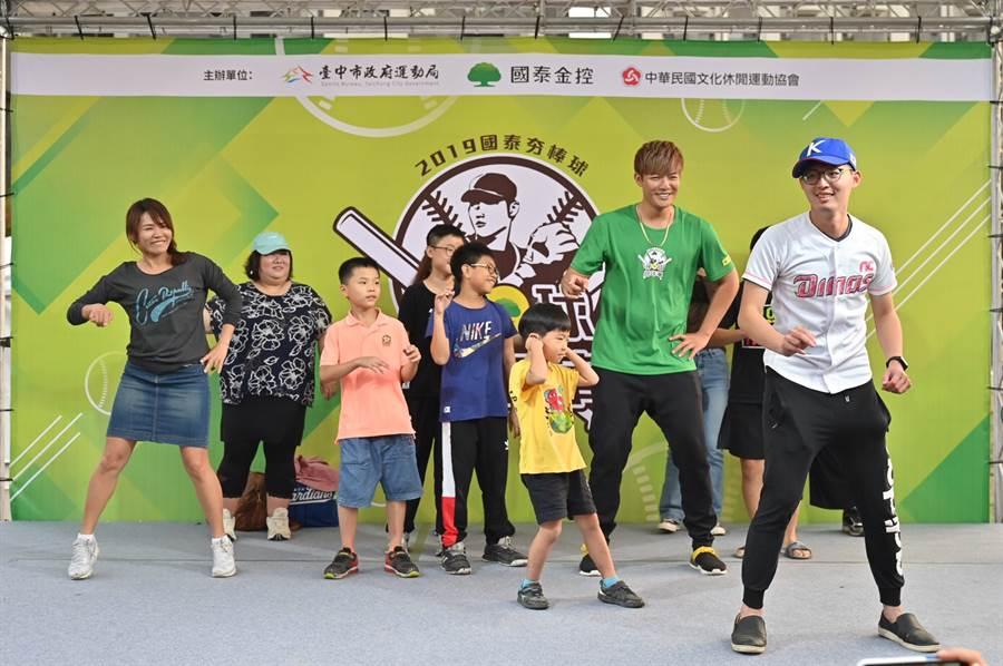 旅美投手王維中(右二)首次挑戰跳舞。(國泰金控提供/陳志祥傳真)