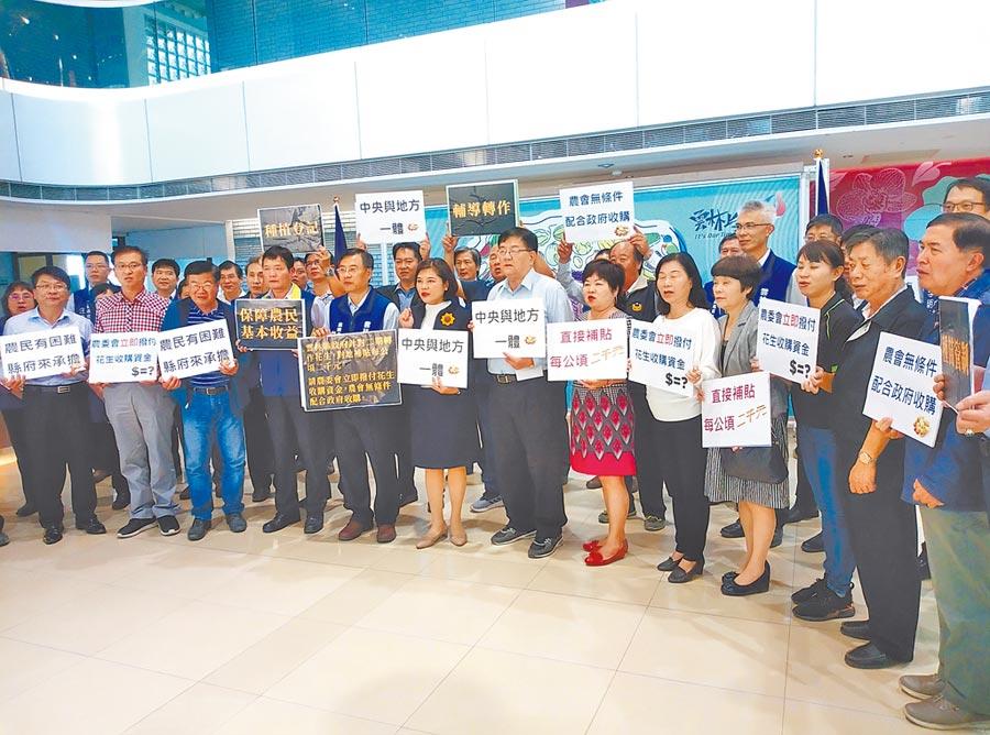 雲林縣長張麗善(前右八)22日宣布每公頃2000元,對地補貼花生農。(許素惠攝)