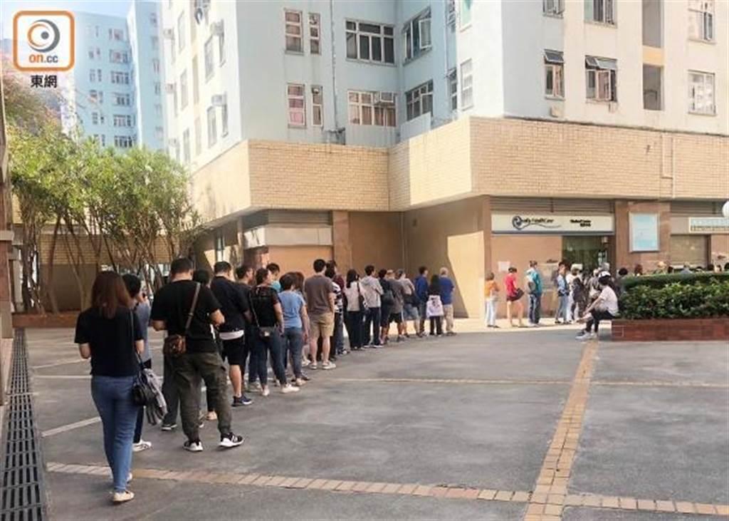 香港多處投票站出現排隊人龍。(圖/東網)