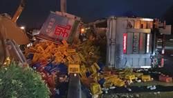 國1貨櫃車撞計程車 羊奶灑滿地