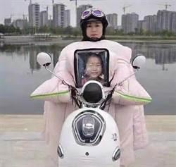 大媽帶女兒遺照騎機車?詭異畫面真相竟是…