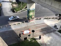 特斯拉國1自撞護欄 駕駛拋飛墜橋慘死