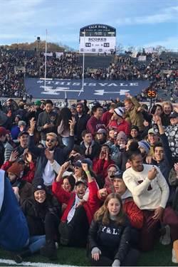 哈佛耶魯大戰超展開 球員觀眾霸占球場抗暖化