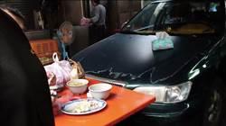基隆爆「無名車」攤販前佔位擋路  知名米粉湯堅持不退縮