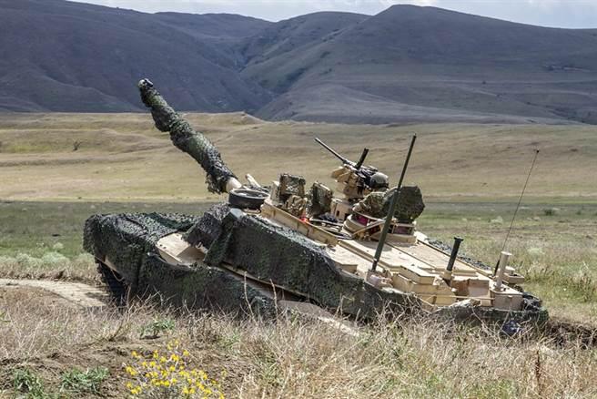 美國M1A2艾布蘭(Abrams)主戰坦克2019年8月3日在喬治亞共和國奧芙羅(Orpholo)訓練場參加實戰演習的資料照。(美國陸軍)