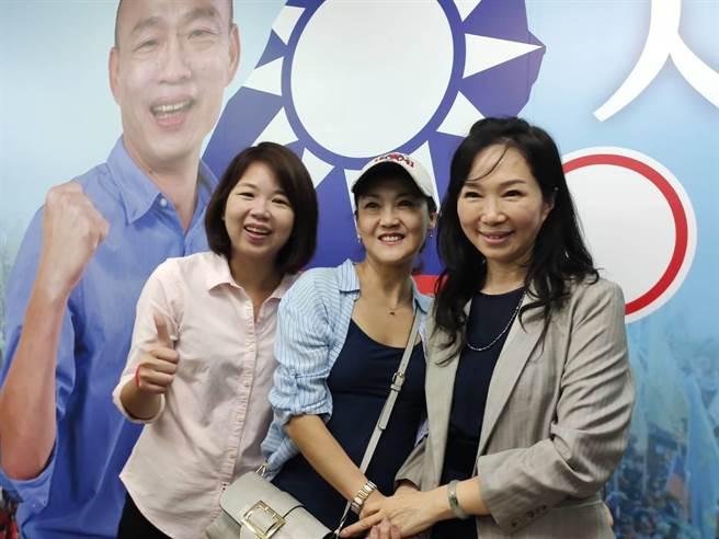 國民黨總統參選人韓國瑜夫人李佳芬(圖右)24日晚間在國民黨台中市立黨部演講,現場與近60名新住民面對面談教育,受到婦女朋友們歡迎。(張妍溱攝)