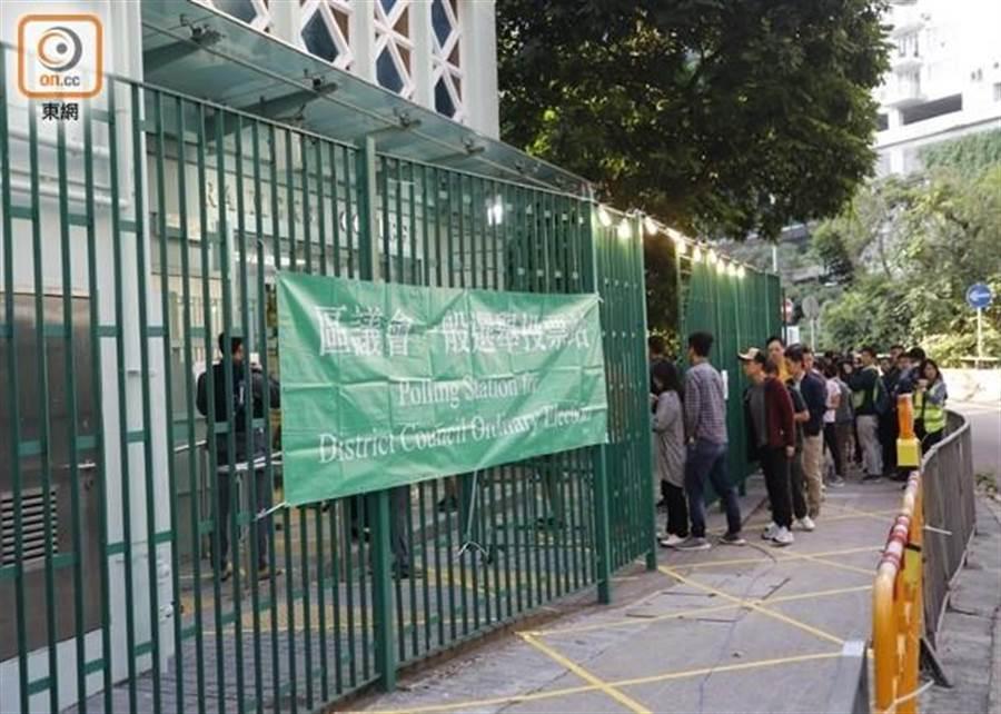 香港舉行區議會選舉。(東網)