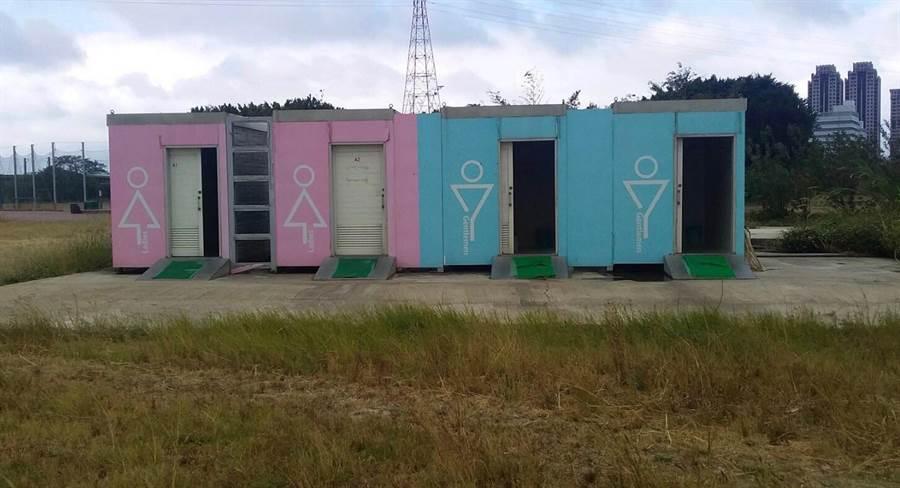 新竹左岸目前雖有12座公廁,但大都為老舊的傳統式流動廁所,空間小且易產生味道,且未設置無障礙廁所,經常有民眾抱怨。(陳育賢攝)