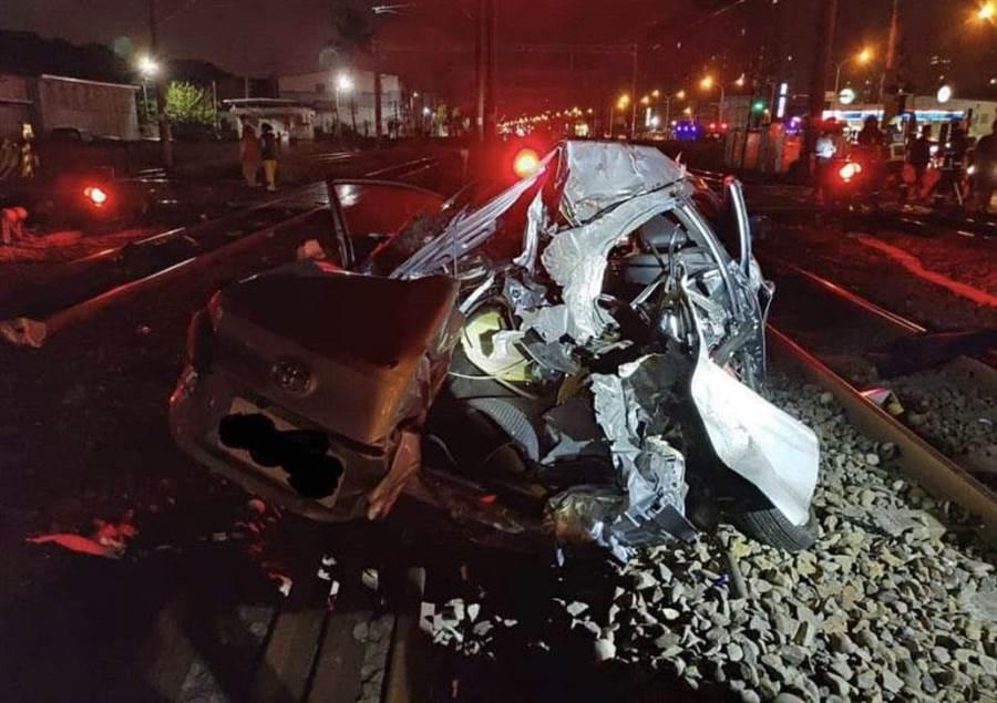 林姓女駕駛的座車被自強號列車撞得宛如廢鐵。(左姓友人提供/林欣儀台中傳真)