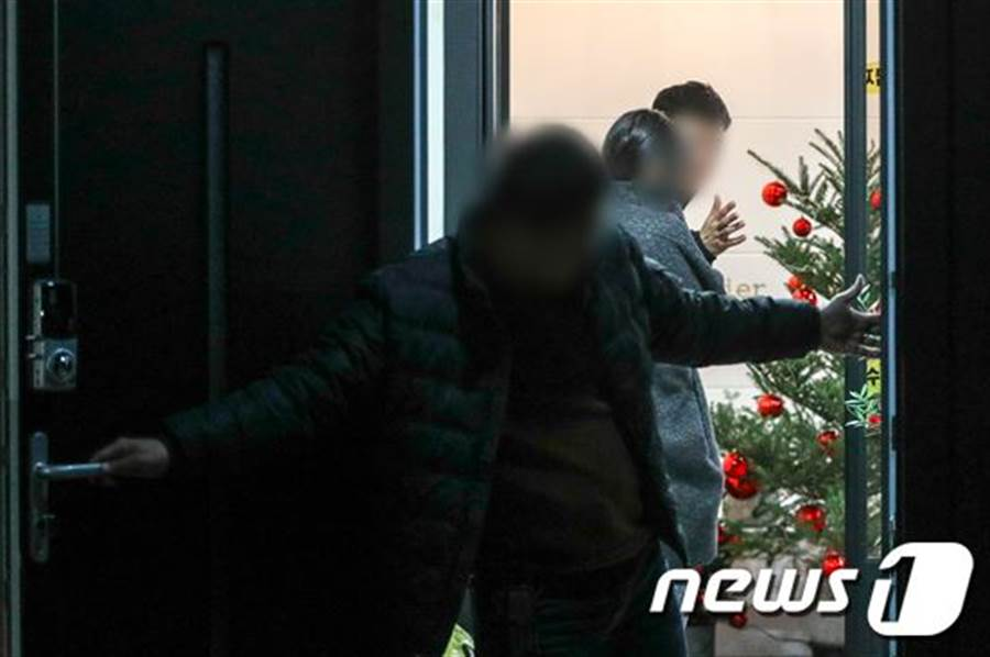 韓媒拍到具荷拉家已布置好聖誕樹,格外感傷。(圖/翻攝自news1)
