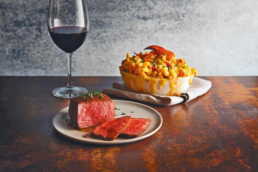 「金牌極黑厚切和牛紐約客牛排」擁迷人脂香,肉質軟中帶些嚼勁。(莫爾頓牛排館提供)