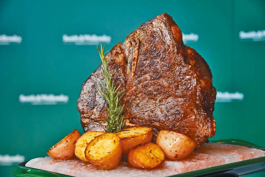 史密斯華倫斯基牛排館的全新菜色「乾式熟成美國和牛紅屋牛排」有64OZ的霸氣分量。(史密斯華倫斯基牛排館提供)