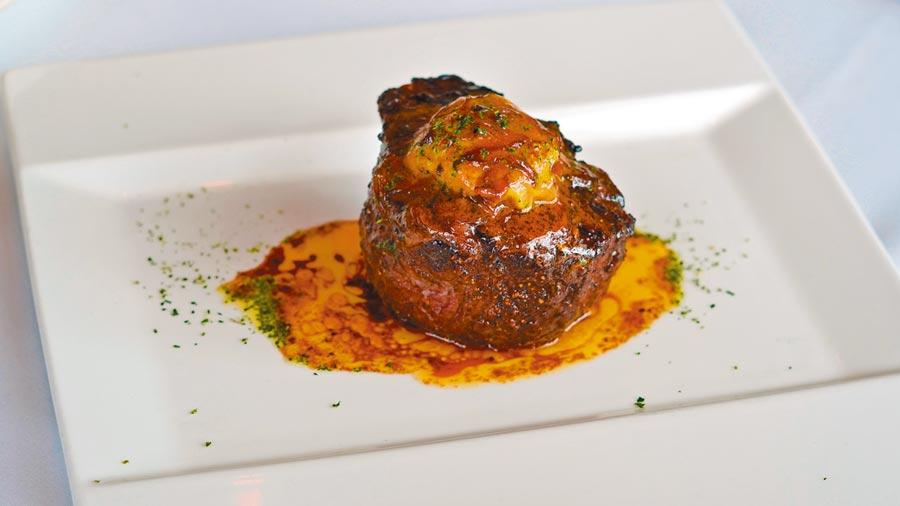 莫爾頓牛排館新菜中的「和牛菲力佐黑松露牛肝菌」滋味濃郁,迎合口味較重的饕客。(何書青攝)