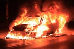 BMW開一半起火 水肥車屎水急救援