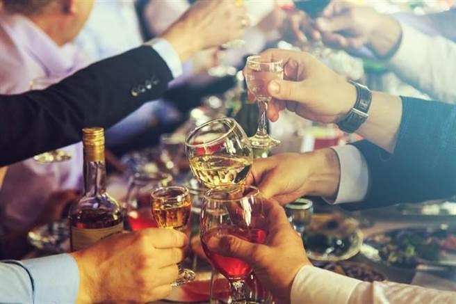 國衛院:酒精會增加罹患頭頸癌風險。研究也發現,酒精不但會引起頭頸癌的形成,也可能會促進頭頸癌的生長及轉移。(圖/shutterstock)