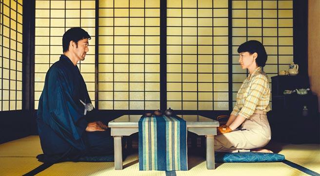 李心潔(右)與阿部寬在《夕霧花園》的演出堪稱生涯代表作。(甲上娛樂提供)